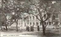 Dakar, le Palais de Justice. – Construit en 1906, l'édifice, situé sur la place de l'Indépendance (alors Place Protet), devait conserver ces fonctions judiciaires jusqu'en 1959.Tandis que les audiences étaient transférées dans un nouveau palais de justice – d'architecture moderne, construit sur l'emplacement de l'hippodrome entre la Pointe Bernard, le Cap Manuel et l'institut Pasteur –, le bâtiment devint le siège de l'assemblée nationale, puis, plus tard, le ministère des Affaires étrangères et des Sénégalais de l'extérieur.