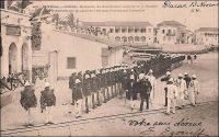 Gorée, réception du Gouverneur Anglais de la Gambie par le Gouverneur Général de l'Afrique Occidentale Française. – Il doit s'agir du gouverneur général Ernest Roume, qui dirigea aux destinées de l'AOF entre 1902 et 1907, accueillant son voisin britannique. Ce fut en effet le seul des gouverneurs généraux à résider - et à recevoir - à Gorée. L'Afrique occidentale française, créée en 1895, avait initialement Saint-Louis pour capitale. En 1902, le gouvernement fut transféré à Dakar sur ordre du président de la république française Emile Loubet. Le gouverneur général Roume, qui venait de prendre ses fonctions, entama le processus pour bâtir un palais à Dakar, et s'installa à Gorée pour la durée des travaux. Dans l'île, il occupa l'ancienne résidence du gouverneur de Gorée – qui devint ensuite un hôtel connu comme Relais de l'Espadon, abandonné aujourd'hui - sur la place du Gouvernement. Il fut, à partir de 1907, le premier occupant du tout nouveau palais dakarois. – « A Dakar, je me présente au gouverneur général et au commandant supérieur des troupes. [...] Le gouverneur général, M. Ernest Roume est un des plus grands coloniaux contemporains, véritable créateur du gouvernement général de l'Afrique occidentale. Alors qu'il était directeur au ministère des Colonies, il avait étudié l'organisation administrative de l'Indochine ; il veut avoir à Dakar l'instrument puissant que possède le gouverneur général d'Hanoï : un budget du gouvernement général, c'est-à-dire le moyen d'effectuer les grands travaux nécessaires au développement des colonies. » (1). Ernest Roume fut gouverneur général de l'AOF entre 1902 et 1907. Sources : (1) Gouraud, Général, Zinder, Tchad - Souvenirs d'un Africain, Paris, Plon, 1944.