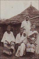 Traitant et ses femmes (dans le Saloum). - Ce commerçant à la famille  prospère symbolise bien le statut particulier de sa fonction dans l'agriculture d'alors : celle d'intermédiaire, de prêteur, de marchand. Ainsi, les traitants achetaient aux paysans la partie non vivrière de leurs récoltes (généralement de l'arachide ou du karité au Sénégal), pourvoyaient à leurs besoins par des prêts en période de soudure, et leur vendaient tous produits manufacturés tels que vêtements et ustensiles. Les traitants, qui venaient souvent de Saint-Louis, sont devenus l'échelon local de comptoirs tenus par des colons ou par des commerçants syro-libanais.