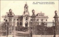 Dakar, Palais du Gouvernement. -  En 1902, tandis que Dakar devient la capitale de l'AOF, la construction du palais est décidée, puis entamée, sur ordre de  Gaston Doumergue, alors ministre des colonies. A l'issue de cinq ans de travaux, le bâtiment est inauguré le 28 juin 1907, et son premier occupant est le gouverneur Ernest Roume, qui a depuis donné son nom à la rue qui passe devant le palais. Tous les gouverneur coloniaux s'y sont succédés, jusqu'au dernier d'entre eux, Pierre Mesmer (1958-1959), avant que l'indépendance n'en fasse le Palais de la République et que ce soient les chefs de l'Etat sénégalais qui y résident. Différentes réfections, menées au fil du temps, ont abouti au style architectural actuel, fait de lignes sobres et monumentales. A l'origine, comme le montre le cliché de Fortier, le bâtiment, surmonté d'une tour inspirée du Trocadéro de Paris, avait une facture néo-classique un plus chargée. - Cette carte postale fait partie du travail du célèbre photographe et éditeur dakarois Edmond Fortier (1862-1928), à qui l'on doit une somme importante de clichés sur l'Afrique de l'Ouest en général et sur le Sénégal en particulier ; il a publié en tout 3300 clichés originaux. M. Fortier tenait boutique et vivait avec ses deux filles blondes et son boy Seydou Traoré, à l'angle de la rue Dagorne et du boulevard Pinet-Laprade.