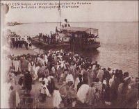 Saint-Louis, arrivée du courrier du Soudan. Quais St-Louis. Messageries fluviales. - Longtemps, le moyen le plus direct pour joindre le Soudan occidental depuis l'extérieur du continent, resta la voie fluviale sur le fleuve Sénégal, depuis Saint-Louis jusqu'à Kayes. Au-delà, courrier, marchandises et voyageurs devaient emprunter les pistes soudanaises jusqu'au fleuve Niger et à nouveau la voie fluviale jusqu'au grands centres du Soudan. A compter de 1904, le chemin de fer entre Kayes et Bamako (et le port de Koulikoro pour le trafic fluvial) vint grandement améliorer la partie terrestre du trajet. En 1924, la mise en service du tronçon ferroviaire entre Thiès et Kayes, mettant Bamako à moins de deux jours de train du port de Dakar, scella le déclin de la navigation commerciale sur le fleuve Sénégal.