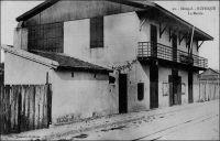 Rufisque, la maire, avant 1904. – La ville de Rufisque s'est développée progressivement à partir du XIVème  siècle sur un site initialement occupé par des villages de pécheurs. Elle va s'imposer au cours du XIXème siècle comme principal centre de traitement et d'exportation de l'arachide, grâce à sa situation géographique, à la porte du Cayor, et à son port. En 1880, 23 000 tonnes d'arachides sont exportées depuis Rufisque, soit plus de la moitié des exportations de la colonie. Centre commercial et administratif important, Rufisque devient une commune avant même Dakar, le 12 juin 1880. L'avènement du chemin de fer, dont la construction commence à la fois à Saint-Louis et à Rufisque en 1883, va renforcer encore la position de la ville. Avec l'ouverture de la ligne vers Djourbel, au début du XXème siècle, l'activité de Rufisque connaît un essor. Cet embryon de la ligne Thiès-Kayes renforce encore le trafic lié à l'arachide. Ainsi, en 1909, 45 000 t. d'arachide sont débarquées à la gare de Rufisque. Mais, dès la fin des années 1920, Rufisque connaît un déclin inexorable. Ses activités portuaires sont concurrencées par celles d'autres villes, Dakar et Kaolack notamment. De plus, son rayonnement a pali depuis que Dakar est devenue en 1902 la capitale de l'AOF, et reçoit la majeure partie des investissements publics. L'âge d'or de Rufisque s'achève définitivement avec la crise économique des années 1930. A visiter : http://www.rufisquenews.com/rufisque_une_ville_une_histoire.html