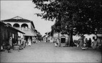 Thiès, la rue principale. - Thiès est le chef lieu du cercle du même nom, lequel compte, en 1948, une population de 2797 Européens et 272 692 Africains, dont 144 330 Ouoloffs, 91 754 Sérères et 12 369 Peuhls, pour une densité de 40,5 hab/km². La ville elle-même compte 24 783 Africains, 1350 Européens et 624 étrangers. Par comparaison, le recensement mené pour la ville de Dakar au début de cette même année 1948, dénombre 192 567 habitants, dont 167 055 non européens (troupes comprises), 16 112 Français, 500 étrangers (non compris les Libano-Syriens), 400 Français métis, 4500 Libano-Syriens et 4000 ressortissants étrangers non européens (principalement Portugais). Source : Guid'AOF, édition 1948.