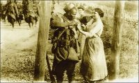 Vendangeuse offrant du raisin à un blessé Sénégalais. - 212 000 Africains, de toute l'AOF, prirent part en tant que tirailleurs sénégalais aux hostilités de la Grande guerre, dont 165 000 sur le sol métropolitain. 30 000 furent tués. Le corps des tirailleurs sénégalais avait été créé en 1857 par Louis Faidherbe, alors gouverneur général de l'AOF, pour palier, en cette époque de conquête coloniale, le déficit de troupes venant de Métropole. Initialement composée d'esclaves rachetés à leurs maîtres africains et affranchis,  et de volontaires issus des élites locales, les régiments de tirailleurs sénégalais s'apparentent à des troupes mercenaires. Mais la mobilisation de tous les Africains de plus de 18 ans décidée en 1915, et l'engagement pour défendre la Nation vont en faire un corps d'engagés et de conscrits des plus légitimes. 17 régiments de tirailleurs sénégalais participent à la bataille de la Somme, subissant d'importantes pertes qui vaudront au Général Mangin, par ailleurs promoteur des troupes africaines, le surnom de « boucher des noirs ».