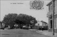 Dakar, rue Canard. – Henri Philibert Canard (1824-1894) était colonel de cavalerie. Il fut commandant de Gorée, puis gouverneur du Sénégal entre 1881 et 1883. – « On ne peut toucher à Gorée sans saluer en passant l'héroïque figure du commandant Canard, qui gouverne ce petit établissement. Depuis près de trente ans, le brave officier n'a pas quitté le Sénégal ; c'est l'incarnation, sur cette terre, de l'originalité et de la bravoure française. On ferait un volume avec ce qu'on nous a raconté de lui à Dakar. Le Sénégal a encore besoin pendant longtemps d'un homme d'action. Pourquoi ne l'enverrait-on pas à Saint-Louis ? c'est l'homme qui connaît le mieux le Sénégal, et on ne saurait trouver un plus digne successeur de Faidherbe » (1). «  Dakar, juillet 1883. […] Ces jours derniers, le Colonel Canard, Gouverneur du Sénégal, vint inspecter Dakar et il honora la batterie d'une visite. Cette batterie est un fort situé à la pointe de Dakar. […] Donc, le colonel Canard s'en vint à la batterie, mais en vieux malin, au lieu de venir par l'entrée, comme tout le monde, il grimpa par le talus, de pente assez raide ; il était suivi par un capitaine d'artillerie, par notre capitaine, par son officier d'ordonnance et par ton serviteur. Ce qui suit est assez rabelaisien. Mais je n'y puis rien ; le colonel aperçut nombreuses, ce que les troupiers appellent des sentinelles (la batterie n'a pas de w.C.) et en fit la remarque au capitaine assez brutalement.  Ce dernier très embêté insinua que les Noirs devaient être coupables, mais le colonel répondit : « Les Noirs ne se servent pas de papier », puis satisfait d'avoir démontré sa perspicacité, il acheva de grimper et l'incident n'eut pas de suites… » (2). La rue Canard fut initialement baptisée, par le gouverneur Pinet-Laprade, rue d'Arlabosse, du nom d'un missionnaire, préfet apostolique du Sénégal de 1845 à 1848. Elle devint rue Canard en 1888, avant de changer à nouveau de nom en 1979, pour s'appeler aujourd'hui allées Robert Delmas, 
