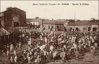 Dakar, Marché de Médina. – Carte postale expédiée en 1933. Le cinéma Sandaga, que l'on voit sur cette carte, détruit depuis, était situé aux abords du fameux marché du même nom. Cet établissement figurait dans la liste des cinémas de Dakar, publiée en 1948 par le Guid'AOF, comme Cinéma Médiana, aux côtés du Vox (37 ave Maginot), de l'Alhambra et du Pax.