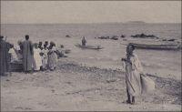 Pêcheurs près de Dakar. – La photo semble avoir été prise à l'Anse Bernard, on aperçoit l'île de Gorée à l'arrière plan. A l'époque coloniale, la pêche, activité artisanale spécifiquement indigène, n'est pas prise en compte par la principale instance de représentation des acteurs économiques qu'est la Chambre de commerce, d'agriculture et d'industrie (CCAI) de Dakar. Héritage de la Chambre de commerce de Gorée, qui avait été crée en même temps que celle de Saint-Louis en 1869, elle a été transférée à Dakar devenue capitale de l'AOF. Elle gère les activités portuaires et de pesage à Dakar, Rufisque et M'Bour, et possède pour ce faire une flottille de remorqueurs et chalands. La pêche piroguière sénégalaise a connu une forte expansion depuis cette époque. Ainsi, le nombre d'embarcations a été multiplié par cinq au cours des cinquante dernières années, et les prises de poisson continuent encore actuellement de croître, atteignant 361 000 tonnes en 2007. Le secteur emploie aujourd'hui, directement ou indirectement, 15 % de la population active du Sénégal.