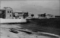 La plage de Gorée. - « La veille du départ,  nous allâmes visiter Gorée. […] L'île est très-basse au nord-nord-ouest, et c'est dans cette partie, entre la montagne et une langue de terre, que se trouve une petite anse de sable qui sert de débarcadère. […] Cette petite île manque absolument de tout, même d'eau potable ; quand les citernes sont à sec, on est obligé d'en aller chercher à l'oasis de Khann ; les fontaines de ce lieu sont de simples trous de dix à douze pieds de profondeur, sur cinq à dix de diamètre, toutes les parois sont recouvertes en briques jusqu'au fond, et chose heureuse, quelle que soit la quantité d'eau qu'on en retire, son niveau ne diminue jamais. Malgré l'obligation où ses habitants sont de tout tirer de la terre ferme, qui heureusement n'est qu'à quelques minutes de canot, Gorée est une station agréable et très recherchée ; l'air y est frais et tempéré, et beaucoup de malades de Saint-Louis et de la Gambie viennent s'y rétablir. La ville occupe plus des deux tiers de la superficie totale de l'île, et les maisons, construites avec vérandah et terrasses sur un seul étage, sont vastes, bien aérées, élégantes et solides. Source : Jacolliot, Louis, Voyage aux rives du Niger, Paris, C. Marpon et E. Flammarion, 1879. - Photo-carte postée de Dakar en 1951, adressée à Jean-Louis P., hôpital Point G, Bamako, Soudan, et signée « affectueusement, Maman ». - Noter l'orthographe particulière employée par Jacolliot pour désigner ce lieu que l'on connaît aujourd'hui comme Hann.