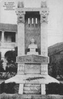 Dakar, Monument du Gouverneur-Général Vallenhoven – Le gouverneur-général Joost Vallenhoven, d'origine néerlandaise naturalisé français en 1899, est un haut fonctionnaire colonial. Il dirigea brièvement l'AOF entre mai 1917 et janvier 1918 alors qu'il avait été rappelé du front pour ce faire, avant de démissionner parce qu'il était en désaccord avec la politique de levée de troupes conduite en AOF. Il meurt sur le front le 20 juillet 1918 et est enterré l'orée de la forêt de Villers-Cotterêts.