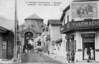Dakar, rue Dagorne, le Marché - il s'agit du marché Kermel et de la rue dans laquelle Edouard Fortier avait sa boutique (à l'angle rue Dagorne et boulevard Pinet-Laprade). Photographe et éditeur de cartes postales, il a produit, entre le début du XXème siècle et sa disparition en 1928, 3300 cartes sur l'Afrique Occidentale. Il vécut là jusqu'à sa disparition en compagnie de ses deux filles blondes et de son boy Seydou Traoré.