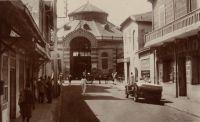 Dakar, le Marché et la rue Dagorne - il s'agit du marché Kermel et de la rue dans laquelle Edouard Fortier avait sa boutique (à l'angle rue Dagorne et boulevard Pinet-Laprade). Photographe et éditeur de cartes postales, il a produit, entre le début du XXème siècle et sa disparition en 1928, 3300 cartes sur l'Afrique Occidentale. Il vécut là jusqu'à sa disparition en compagnie de ses deux filles blondes et de son boy Seydou Traoré.