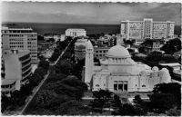 Dakar, l'avenue de la République - au premier plan la cathédrale et au fond le palais du gouverneur