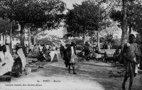 Thiès, le marché - Thiès est le chef lieu du cercle du même nom, qui compte en 1948 une population de 2797 Européens et 272 692 Africains, dont 144 330 Ouoloffs, 91 754 Sérères et 12 369 Peuhls, pour une densité de 40,5 hab/km². La ville elle-même compte 1350 Européens, 624 étrangers et 24 783 Africains.