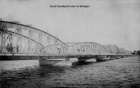 Saint Louis, le pont Faidherbe sur le Sénégal – Reliant la banlieue de Sor, située sur le continent, à la ville de Saint Louis située sur une île entre les deux bras du fleuve Sénégal, il a été choisi pour son esthétique et financé sur un emprunt par le Conseil Général en 1892.