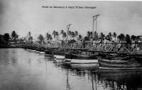 Saint Louis, pont de bateaux à Guet N'Dar - Posé sur le petit bras du fleuve Sénégal, il sépare la ville de Saint-Louis, située sur une île, de sa banlieue littorale populaire Guet N'dar