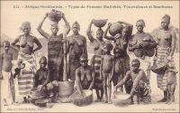Types de Femmes Malinkées, Toucouleurs et Bambaras. Entre intérêt ethnographique, réelle curiosité de l'autre et gout pour l'exotisme, les photos de « types », et les cartes postales qui les popularisent, sont en vogue dès la fin du XIXème  siècle. Véritable inventaire de l'altérité, elles prétendent recenser par l'image toutes les physionomies, toutes les coutumes vestimentaires et capillaires des peuples colonisées. L'engouement pour ces clichés va de pair avec l'enthousiasme suscité dans l'opinion publique par la conquête de nouveaux territoires, par l'extension de l'empire national sous d'autres latitudes. Dans ces séries photographiques, qui représentent aussi bien hommes, femmes, enfants, groupes ou familles, les clichés de « beautés exotiques » ont une place particulière. Ils portent la part de rêve des Français pour des jeunes filles agréables à voir, joyeuses et aux mœurs supposées plus légères que celles des femmes françaises. L'alibi ethnographique permet d'ailleurs de représenter des corps féminins dénudés, dans une époque encore très pudibonde en Europe. -  Cette carte postale fait partie de l'importante collection due au photographe et éditeur dakarois Edmond Fortier (1862-1928), qui tenait boutique rue Dagorne, une des voies transversales coupant la rue des Essarts au niveau du marché Kermel. Il a du prendre ce cliché à l'occasion du voyage qu'il fit au Soudan français entre 1905 et 1906.