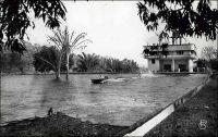 Bamako, Le Lido, hôtel-restaurant-piscine. – Haut-lieu de loisirs pour le tout-Bamako européen, l'établissement voit le jour à la toute fin des années 1930. Il est fondé et bâti ex nihilo par Robert de Livry, l'un des deux fils de la famille qui exploite alors l'hôtel Le Normandie en centre-ville. Un peu à l'écart de la capitale, à 7 km sur la route de Kati, il devient vite une attraction incontournable grâce à sa piscine et à son lac artificiel où l'on pratique le ski nautique. Les activités de l'entreprise vont se diversifier dans les années 1950, avec l'exploitation d'une source naturelle sur le site, pour produire des boissons gazeuses sous la marque Crush. Il n'y avait aucun lien initial entre cet établissement de Bamako et son homonyme perché sur la corniche à Dakar, mais un mariage entre les enfants des deux familles – à la génération suivant celle du fondateur - vint en créer par la suite.  L'aventure prend fin au début des années 1990, peu après la session de l'affaire à un entrepreneur local, quand les installations sont pillées et incendiées en marge des troubles politiques de 1991. Sources : Philippe, Sébastien, Une histoire de Bamako, Brinon sur Sauldre, éditons Grandvaux, 2009.