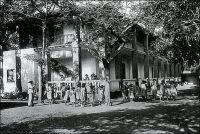 Bamako, l'orphelinat des métisses. – Situé sur l'actuelle place de la Liberté, l'établissement accueille les petites métisses depuis 1912. Les  petits métis, quant à eux, sont hébergés à l'orphelinat de Kayes, jusqu'à leur transfert dans la capitale, peu avant la seconde guerre mondiale. La construction de deux nouveaux bâtiments dans des quartiers distincts pour séparer filles et garçons, envisagée un temps, est finalement abandonnée avec le début des hostilités. Les petits garçons rejoindront donc finalement les filles dans l'ancien bâtiment. L'institution continuera d'accueillir ces enfants encombrants pour leurs deux communautés d'origine jusqu'à l'indépendance. Aujourd'hui, l'édifice abrite le ministère de l'Education nationale (1). – Albert Londres décrit en ces termes le sort peu enviable des métis au Soudan français au début du XXème siècle : « Les métis ! Les mulots ! Les tout-petits tètent leur négresse de mère. Le père est là ou n'y est pas. C'est un fonctionnaire, un commerçant ou un officier ; c'est un passant. S'il est là, ce ne sera pas pour longtemps. S'il est absent, ce sera sans doute pour toujours. L'enfant grandira dans la case, la maman nègre étant retournée chez les parents. Le reste du village le regardera comme un paria, se demandant pourquoi ce tète-lait mangera plus tard leur mil. Aucune raison sociale n'interviendra dans ce jugement sommaire. […] La maman se remariera avec un Mandingue. Ses petits frères, eux, auront une race, une famille, une patrie : ils seront noirs. Le mulot sera mulot. Il n'aura pas de nom, pas de base, pas de sol à lui pour poser ses pieds. […] Ils sont comme ces bateaux-jouets qui voguent dans les bassins municipaux. Dès qu'ils approchent du bord, un bâton les repousse ; quand ils gagnent le centre, un jet d'eau les inonde. Il en coule des quantités. Les survivants demeurent déteints. Sans nom, ces demi-sang sont les fils des saints de la religion catholique. La République ne les laisse pas dans la brousse. Non ! Qu