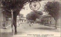Bamako, la rue Gilium. - Cette artère, devenue de nos jours avenue de la Nation, doit son nom à un naturaliste (en réalité orthographié «Gillium» avec deux «L») venu à Bamako à l'époque du lieutenant-gouverneur Trentinian (1895-1899).Actif et entreprenant, il fit des essais de culture du blé sur les bords du fleuve Niger, à Bamako, avec des semis venus de Goundam. Il fut également à l'origine, en association avec  deux autres jeunes hommes nommés Pillet et Colas,  de la première société commerciale française de la place, devenue ensuite la Compagnie Niger-Soudan. Il devait mourir prématurément, en 1899, et repose depuis au cimetière de Bamako.