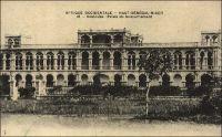 Koulouba, palais du gouvernement. – Le palais du gouvernement, édifié entre 1905 et 1908 sur la colline de Koulouba qui surplombe Bamako, est devenu le palais présidentiel du Mali à l'indépendance. Le choix de ce site tient au colonel de Trentinian, lieutenant-gouverneur du Soudan français en 1896, qui préconisait le transfert de la capitale, de Kayes au bord du fleuve Sénégal où elle se trouvait alors, à Bamako au bord du fleuve Niger. Il fit d'ailleurs construire un imposant bâtiment sur la colline qui sera souvent désigné comme « Folie Trentinian », « résidence du pont F » (la colline est le « point F » du relevé géodésique local) ou « ancienne résidence » quand fut bâti l'actuel palais. Mais il fallut attendre1904, avec l'arrivée du chemin de fer, pour que ressurgisse l'idée de faire de Bamako la capitale de la colonie qui s'appelait alors (entre1902 et 1904) le « Sénégambie et Niger ». On entrepris d'élever une cité administrative intégrant le bâtiment initial qui n'avait jamais servi, et le nouveau palais trouva sa place en bordure de plateau, au-dessus de la ville. Koulouba devint effectivement le siège du gouvernement de la colonie – alors le Haut-Sénégal-Niger - le 20 mai 1908 à la prise de fonction du gouverneur Clozel. – Paul Morand raconte une réception en 1927 au palais de Koulouba : « Chez M. Terrasson de  Fougère, Gouverneur du Soudan, colonial de grande classe, qui n'a pas oublié les leçons d'un Lyautey, nous retrouvons Albert Londres et le peintre Roucayrol avec qui nous ferons route commune jusqu'à Tombouctou, puisqu'on nous assure ici que les eaux sont encore assez hautes pour nous y porter. Le Gouverneur est un homme jeune, respecté, obéi, courtois et silencieux ; son autorité calme nous fait grand honneur. Son palais domine la ville et toute la plaine où le fleuve décrit une courbe azurée d'une vingtaine de kilomètres. La ville française sépare deux cités indigènes » (1). Pour l'anecdote contemporaine, il est intéressant de préciser que la femme