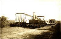 Les trains de Médine, en amont de Kayès, en 1898 (train,  montant et descendant à raison de deux par jour).  Cliché du Lieutenant Emile-Louis Abbat, qui servit au Soudan Français de 1894 à 1898. - Le chemin de fer soudanais a été inauguré le 1er janvier 1894, sur le tronçon Kayes-Bafoulabé. Les travaux de construction, commencés dès 1881, avaient pris tant de retard que la ligne ne sera achevée qu'en 1904. La machine à la tête du convoi est une locomotive de type 030 T, dont 12 exemplaires, fabriqués à Paris par les ateliers de Passy, par l'entreprise Cail et par  l'atelier Weidknecht, avaient été livrés en 1898. Une locomotive de type Decauville 031T avait été fournie en 1895, et deux autres 030 T de Weidknecht  vinrent compléter le parc roulant du chemin de fer de Kayes au Niger en 1899. - Extrait d'un rapport rédigé en 1899 par Emile-Louis Abbat aux autorités militaires concernant le Soudan Français :