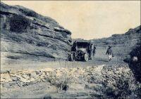 Camion descendant la falaise de Bandiagara. – « Au matin nous partons pour une petite étape, par une chaussé qui traverse des régions inondées au sud-est du Niger et nous amène au pied de la falaise de Bandiagara, que nous franchirons demain et qui sépare le Soudan de la Haute-Volta. Notre chauffeur noir, malgré les 38 degrés, est vécu d'un épais pardessus à taille, avec col de velours. Pieds nus, casque blanc, bagues d'aluminium au pouce. » Source : Morand, Paul, AOF De Paris à Tombouctou, Paris, éditions Flammarion, 1928.