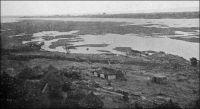 Le Niger à Koulikoro, avant 1910. - Situé sur le fleuve, à une soixantaine de kilomètres de Bamako, Koulikoro est le port d'où part la ligne fluviale vers Gao. Les vapeurs « Bonnier », « Gallieni » et « Mage » de la société Messafric assurent un service hebdomadaire de décembre à avril. Entre Koulidoro et Gao, ils desservent Ségou, Markala, Sama, Macina, Diafarabé, Mopti, Aka, Niafunké, Diré Kabra, Rharous, Bemba et Bourem. Le départ de Koulikoro a lieu le jeudi à 12 heures, et l'arrivée à Gao le jeudi suivant à 13 heures, soit 8 jours de navigation. Dans le sens inverse, le départ de Gao se fait le vendredi à 11 heures et l'arrivée à Koulikoro 12 jours plus tard, le mardi à 9 heures. Aux basses eaux, le service par vapeur n'est assuré qu'entre Koulikoro et Kabara/Mopti. Le reste de la ligne est assuré par des pirogues. La ligne de chemin de fer, qui joint Kayes sur le fleuve Sénégal à Bamako depuis 1904, s'étend jusqu'à Koulikoro créant une jonction terrestre entre les deux fleuves.