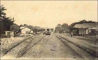Intérieur de la gare de Kayes, chemin de fer de Kayes à Bamako. – Assez tôt, les autorités coloniales envisagent de relier, par un chemin de fer, le fleuve Sénégal, principale voie de pénétration dans cette partie du continent, au fleuve Niger, voie essentielle de circulation dans le Sahel. Les premières études ont lieu en 1880, alors même que toute la région n'est pas sous contrôle français. La ligne devra aller de Kayes, sur le fleuve Sénégal, jusqu'à Koulikoro, sur le Niger, et les travaux débutent dès 1881, mais au ralenti tant la main d'œuvre locale et l'encadrement européen sont défaillants. L'avancée est très lente, et en 1884, seuls 53 km ont été couverts alors que l'entreprise a d'ores et déjà englouti des sommes exorbitantes ; la construction sera finalement confiée au Génie militaire. Le premier tronçon, allant de Kayes à Bafoulabé est inauguré le 1er janvier 1894. La construction du reste de la ligne, joignant le fleuve Niger, durera encore jusqu'en 1904, et nécessitera des efforts importants, comme l'édification d'un viaduc de 400 mètres à Mahina. Ce réseau est connecté en 1924 à celui du Sénégal, permettant le transport sans rupture de charge du port maritime de Dakar au port fluvial de Bamako.