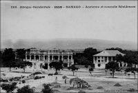 Bamako, ancienne et nouvelle résidences. – Les autorités coloniales décident en 1899 de déplacer la capitale du Soudan de Kayes vers Bamako. Le choix du site de Koulouba, une colline dominant le fleuve, pour édifier la résidence serait le fait du général Edgar de Trintinian, gouverneur du Soudan français entre 1895 et 1899. Le nouveau palais est construit par le Génie militaire entre 1904 et 1908, pour un coût de quatre millions de Francs de l'époque. Il est à la fois le siège de l'administration coloniale et la résidence du gouverneur. Tandis qu'une imposante cité administrative est édifiée à Koulouba, les troupes s'installent sur le plateau de Kati, non loin de Bamako, et les services de santé s'établissent au Point G, où fonctionne encore aujourd'hui un des plus importants groupes hospitaliers du Mali.