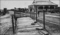 Chemin de fer Ségou-Bani. - Cette voie de type Decauville (écartement de 60 cm et traverses métalliques), longue de 90 km permettait le désenclavement de la région agricole la plus riche du Soudan français, située sur la rive gauche du Bani. Sa construction, au début du XXème siècle, nécessita l'importation de 2700 tonnes de matériel ferroviaire, acheminé depuis la métropole par voie maritime puis fluviale sur le fleuve Sénégal jusqu'à Kayes, par le chemin de fer Kayes-Niger jusqu'à Koulikoro, puis à nouveau par voie fluviale sur le fleuve Niger jusqu'à de Koulikoro à Tamani. Le Ségou-Bani disposait de deux locomotives de 6 tonnes de type « 030T Decauville progrès », de 50 wagons plateau de type Pershing, de 25 wagons-citernes et de 5 wagons de marchandises. Une étude menée dans les années 1950, recommandant son démantèlement plutôt que sa rénovation, devait sceller le sort la ligne qui fut abandonnée.