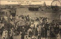 Tombouctou, le marché. – En 1948, le cercle de Tombouctou, qui s'étend sur 282 400 km2, compte 86 111 habitants dont 25 159 sédentaires. Le cheptel est de 11 000 chameaux, 1200 chevaux, 18 000 ânes, 250 000 bœufs et 834 000 moutons et chèvres. L'élevage bovin est largement destiné au marché de la Côte d'Ivoire, vers lequel il est acheminé sur pied. Hormis le bétail, la production est limitée à 400 t. de gomme, 100 000 barres de sel de Taoudéni.