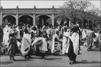 Mopti, le marché. – La ville de Mopti est le chef-lieu d'un vaste cercle de 67 300 km2, qui compte, en 1947, une population de 71 Européens, 16 Américains, 97 Libanais et 450 000 Africains. Située sur le Niger à proximité de la confluence du Bani, Mopti est un lieu d'échange important. Son port fluvial, qui est le premier de la colonie, est desservi par les vapeurs des lignes régulières des Messageries Africaines vers Koulikoro et Gao (selon les saisons), mais aussi par une noria de pinasses alimentant  le marché. La région exporte en effet à cette époque 2300 t. de mil, 11 500 t. de riz paddy, 10 223 bœufs, 3 000 moutons et 1366 chèvres (bétail envoyé vers la Côte d'Ivoire), 1500 t. de poisson sec et 30 t. de poisson fumé par an. Haut lieu d'échange de la pêche sahélienne, le marché de Mopti voit croître ses ventes jusqu'en 1969, où elles culminent à 5911 t. de poisson sec et 5212 t. de poisson fumé, avant de redescendrent rapidement, tandis que s'installe la sécheresse à partir des années 1970. Dans l'immédiat après guerre, le cercle de Mopti dispose d'importantes ressources vivrières, produisant  83 300 t. de mil, 47 000 t. de riz paddy, du manioc, des patates, du karité, des oignons. En outre le cheptel est conséquent, avec quelques 171 000 bovidés,  160 000 caprins,  67 000 ovidés, 15 000 ânes et 8600 chevaux. Le nombre de peaux vendues (17 671 peaux de mouton tannées, 2450 peaux de mouton arseniquées et 610 peaux de bœufs arseniquées), donne une idée de la quantité de viande consommée localement. Sources : Guid'AOF, Dakar, 1948 et Rapport de la consultation sur les problèmes des pêches de la zone sahélienne, Rome, FAO, 1975.