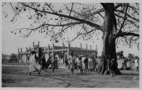 Bamako, le marché à la viande – Dans un rapport sur « La femme et la famille à Bamako » de Mme Savineau, conseillère technique de l'Enseignement, paru en 1937, on apprend que la viande « avec os et boyau » coûtait 0,90 francs au 1er Janvier  1936, et 2,80 francs au 1er Octobre 1937.
