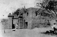 Djenné, type de maison – La ville de Djenné, dans le cercle de Mopti, compte en 1948 une population de 1 Européen et 5450 Africains (Guid'AOF, édition 1948)