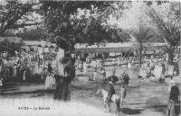 Kayes, le marché – Kayes était un centre commercial important, notamment pour le transit des marchandises venues de France lors des hautes eaux du fleuve Sénégal, mais son rôle s'est trouvé disqualifié par la jonction des tronçons de chemin de fer menant vers Bamako et vers Dakar.