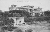 Koulouba, Palais du Gouverneur - Les autorités coloniales décident en 1904 de déplacer la capitale du Soudan à Bamako, qui était désormais desservi par le chemin de fer. Ainsi, une imposante cité administrative fut édifiée sur la colline de Koulouba, tandis que les militaires s'installaient sur le plateau de Kati, non loin de Bamako, et la médicale au Point G.