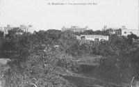 Koulouba, vue panoramique côté Sud - Les autorités coloniales décident en 1904 de déplacer la capitale du Soudan à Bamako, qui était désormais desservi par le chemin de fer. Ainsi, une imposante cité administrative fut édifiée sur la colline de Koulouba, tandis que les militaires s'installaient sur le plateau de Kati, non loin de Bamako, et la médicale au Point G.