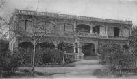 Bamako, la Direction du Kayes-Niger – La liaison ferroviaire entre Kayes et Bamako fut inaugurée le 19 mai 1904. Elle resta le seul tronçon jusqu'en 1924, quand fut mise en service la liaison avec Dakar, au-delà du fleuve Sénégal. Le projet de chemin de fer reliant le fertile delta central du fleuve Niger au débouché maritime sénégalais, est une idée du capitaine Gallieni, alors commandant du Soudan. Cette ligne devait aussi intégrer l'ambitieux projet du chemin de fer transsaharien, qui devait relier les colonies françaises d'Afrique du Nord et d'Afrique occidentale.