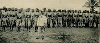Eingeborene soldaten (Soldats autochtones). - Cette force de protection comptait, selon les postes budgétaires mentionnés en 1897-98, un commandant, trois sous-officiers et cent cinquante soldats indigènes. A partir de 1914, elle devint une force de police (polizeitruppe) affectée au maintien de l'ordre et de la sécurité intérieure. Elle était alors constituée d'une troupe de cinq cents soldats autochtones - principalement recrutés chez les Bassari, les Cotokolis, les Kabyé et les Dagomba -, encadrés par deux officiers et trois sous-officiers allemands. Il existait aussi un excellent corps de réserve, composé de quelques dizaines d'Européens. Au moment de l'entrée dans la Grande Guerre, les Allemands mirent sur pied une force autochtone estimée à 1500 hommes, mais n'en aligna effectivement jamais plus de 500, et qui ne parvint pas à changer le cours des choses face aux troupes françaises du Dahomey et britanniques de Gold Coast.