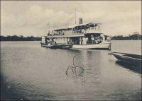 Flottille du Dahomey : l'Onyx. – Canonnière à fond plat, l'Onyx fait partie, comme les deux chaloupes à faible tirant d'eau l'Ambre et la Mascotte, des embarcations au service des Travaux Publics. Constituée en 1892, cette flottille est employée au transport des courriers, des troupes, du personnel et du matériel. Elle a été fort utile, dès sa création, à l'occasion de l'expédition militaire organisée par la France pour déposer le roi Béhanzin d'Abomey. Des travaux de dragage dans les lacs Nokoué et Toché — passage qui sépare le lac de la lagune de Porto-Novo —  ont rendu possible le trafic fluvial en tous temps, et les vapeurs qui assurent le service Cotonou-Porto-Novo  peuvent même remonter l'Ouémé jusqu'à la hauteur de Zagnanado lors des hautes eaux. Depuis 1901, un petit vapeur appelé le Mono navigue aussi sur le fleuve du même nom, et sur le lac Ahémé, atteint par la lagune de Grand Popo. Il sert également de remorqueur aux grandes pirogues (1). –  Le Général Gouraud, alors commandant, décrit ainsi un petit voyage à bord de l'Onyx en 1900 : « Une petite canonnière à aubes, l'Onyx, nous emmène. Joli soleil, brise fraîche, rives vertes et basse, bordées d'un rideau de palmiers. Trois heures de promenade fort agréables pour atteindre la capitale, Porto-Novo [depuis Cotonou]. On longe des villages de centaines de cases bâties sur pilotis, au milieu de l'immense lagune » (2). Sources : (1) François, G., Notre colonie du Dahomey : sa formation, son développement, son avenir, Paris, Editions Larose, 1906. (2) Gouraud, Général, Zinder, Tchad - Souvenirs d'un Africain, Paris, Plon, 1944.