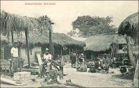 Einheimische Schreiner, (menuisiers locaux). –Menuisiers, forgerons, serruriers, imprimeurs et même relieurs, le Togo de l'époque allemande dispose d'ouvriers et d'artisans bien formés grâce à l'école professionnelle (Handwerkerschule) de Lomé. L'établissement, géré par les pères de la mission catholique, est situé à l'angle de la Zechstrasse (actuellement avenue de la Libération) et de la Baguidastrasse (rue Aniko Palako). Les élèves, qui sont admis après quatre ans d'école primaire, reçoivent en quatre années une formation dont la qualité est reconnue dans toute la colonie, et même au-delà dans la région.