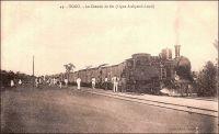 Le chemin de fer (ligne Atakpamé-Lomé). – La ligne de chemin de fer reliant Atakpamé à la capitale est la troisième et dernière achevée durant la période coloniale allemande ; deux lignes avaient été déployées précédemment et deux autres restèrent au stade de projet ou de chantier. Commencée en 1908, elle est achevée et mise en service en mai 1913. Destinée à drainer les produits agricoles du centre du Togo vers le wharf de Lomé, elle était appelée la « ligne du coton » ; pour les mêmes raisons, la ligne Lomé-Kpalimé, édifiée entre 1904 et 1907 était appelée la « ligne du cacao ». Le matériel roulant, pour exploiter tout le réseau ferré du Togo, est alors composé de 11 locomotives et 201 wagons. A partir de 1923, les autorités mandataires françaises s'emploient à améliorer les infrastructures légères et vieillissantes laissées par les Allemands. Des ponts, des gares et des entrepôts sont bâtis, 15 locomotives et de nombreux wagons sont livrés. Reprenant un projet allemand pour exploiter les ressources du Nord Togo – ils visaient alors le minerai de fer dans le pays Bassar -, la ligne Lomé-Atakpamé est prolongée à partir de 1929. Mais en 1933, la crise interrompt les travaux à Blitta, à quatre-vingt kilomètres au sud de Sokodé, la seconde ville du Togo ; finalement, le chemin de fer togolais n'alla jamais plus loin.   - « Du temps des Allemands, qu'est-ce qu'il y avait comme chemin de fer ? Lomé-Palimé, 119 kilomètres, répond-il. Lomé-Atakpamé, 197 ; Lomé-Aného, 44. Nous sommes arrivés ; nous avons trouvé des rails de 20 kilos, trop légers. Petit à petit, nous remplaçons cela par du standard de 26 kilos, et, pour ce qui est de la ligne Lomé-Atakpamé, en décembre [1933] on l'aura prolongée de 112 kilomètres… […] On voulait d'abord poursuivre la voie jusqu'à Sokodé. On l'arrête à Blitta ». Source : Martet, Jean, Les bâtisseurs de royaumes, Paris, Albin Michel, 1934.