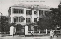 Lomé, Banque de l'Afrique Occidentale. – Il s'agit du siège loméen de cette institution fondée en 1853 sous le nom de « Banque du Sénégal », avant de devenir, en 1901, la Banque de l'Afrique Occidentale. En 1960, année de l'indépendance de nombreux pays africains, la BAO compte 38 sièges en Afrique. Un peu plus tard, en 1965, elle se transforme en Banque Internationale pour l'Afrique Occidentale (BIAO), en s'associant avec la First National City Bank of New York. Son siège est alors fixé à Paris. En 1993, elle change à nouveau de dénomination pour s'appeler « Compagnie Bancaire de l'Afrique Occidentale ». Enfin en 2007, elle est absorbée, en conservant son nom, dans le groupe bancaire et financier marocain Attijariwafabank bank, premier opérateur au Maghreb et troisième au niveau africain.