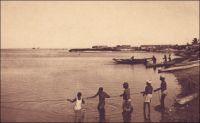 Cotonou, vue sur la lagune. - « Le soir, je repars [depuis Porto-Novo, le 27 octobre 1900] pour Kotonou, [...] Trois piroguiers se penchent et se redressent à l'arrière et les perches frêles s'élèvent et se croisent dans le ciel ; la pirogue effleure et fait crisser les roseaux, comme une soie froissée, et l'armée des moustiques s'élance à bord [...] Au réveil, le lendemain, les piroguiers ont stoppé, n'osant avancer par crainte du courant de la lagune – un raz de marée à ouvert, il y a quelques années, la lagune sur la mer, ce qui a permis aux requins d'y pénétrer. Les habitants ont assisté à de terribles combats entre requins et caïmans ». Source : Gouraud, Général, Zinder, Tchad - Souvenirs d'un Africain, Paris, Plon, 1944.