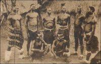 Groupe de Cabrés (Haut-Togo). - Carte éditée par les Missions Africaines, 150 cours Gambetta, Lyon, Vicariat apostolique du Togo. - Les Kabyé, aussi appelés Cabré, Cabrai, Kabiré, Kaburé, sont les occupants de la diagonale montagneuse qui sépare la vallée de la Volta de celle du Mono. Leur nom viendrait de la déformation par les Haoussa puis par les Cotokoli du mot kafir, qui signifie païen en arabe. Le nom original du groupe serait en fait les Lama, c'est-à-dire l'abréviation de Lan-mba, « ceux de la forêt ». Ce peuple qui aurait connu, jusqu'au XVIIème siècle, une certaine expansion, atteignant manifestement des régions de forêt, est repoussé sur les plateaux puis dans les montagnes par des invasions successives. Organisés en une nébuleuse de clans, ils n'obéissent pas à une autorité centralisée. Farouchement autonomes, ils sont longtemps perçus par les centres musulmans alentours, comme habitants d'un réduit impénétrable. Dans son roman à clé En attendant le vote des bêtes sauvages, Amadou Kourouma évoque les Kabyé comme « sauvages » et « sans chef » et les fait désigner par les ethnologues comme « paléonigritiques ». Source : Kourouma, A., En attendant le vote des bêtes sauvages, Paris, éditions du Seuil, 1998.