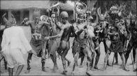 Tam-tam du Diable, chez les Cabrais du Togo. – Les Kabyé, aussi appelés Cabrai, Kabiré, Kaburé, sont les occupants de la diagonale montagneuse qui sépare la vallée de la Volta de celle du Mono. Leur nom viendrait de la déformation par les Haoussa puis par les Cotokoli du mot kafir, qui signifie païen en arabe. Le nom original du groupe serait en fait les Lama, c'est-à-dire l'abréviation de Lan-mba, « ceux de la forêt ». Ce peuple qui aurait connu, jusqu'au XVIIème siècle, une certaine expansion, atteignant  manifestement des régions de forêt, est repoussé sur les plateaux puis dans les montagnes par des invasions successives. Organisés en une nébuleuse de clans, ils n'obéissent pas à une autorité centralisée. Farouchement autonomes, ils sont longtemps perçus par les centres musulmans alentours, comme habitants d'un réduit impénétrable. Dans son roman à clé En attendant le vote des bêtes sauvages, Amadou Kourouma évoque les Kabyé comme « sauvages » et « sans chef » et les fait désigner par les ethnologues comme « paléonigritiques ». Source : Kourouma, A., En attendant le vote des bêtes sauvages, Paris, éditions du Seuil, 1998.