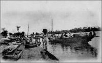 Une vue sur les bords de la lagune de Porto-Novo. – La ville de Porto-Novo est reliée, dès la fin du XIXème siècle, à Cotonou et à Lagos (Nigeria) deux fois par semaine par la voie lagunaire, grâce à des pirogues de 10 à 20 t. Un peu plus tard, la mise en service du chemin de fer, opérationnel en 1929, puis des ponts de Cotonou en 1930 et de Porto Novo en 1938, permet des liaisons ferroviaires quotidiennes avec Cotonou devenue progressivement capitale de fait. La ville de Porto-Novo est le chef-lieu du cercle du même nom et le lieu de résidence, avec Cotonou, du Gouverneur général de la colonie. Le cercle compte en 1947 une population de 500 Européens et 324 817 Africains. Source : Guid'AOF, Dakar, Agence Havas AOF, 1948.