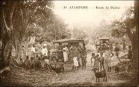 Atakpamé, route de Palimé. – « La route jusqu'à Dafo, en territoire anglais. Une belle route qui tourne et qui vire dans une forêt coupée de vallées du fond desquelles de grands arbres s'élancent d'un seul jet, enchaînés de lianes énormes. Puis nous revenons. Nous repassons par Palimé. Un orage éclate, une tornade s'abat et change les routes en rivières. Celle que nous voulions prendre pour gagner Atakpamé est coupée. Il parait que c'est un phénomène assez fréquent par ici : personne n'a l'air de s'en émouvoir. On la rattrapera plus loin. Filons, filons, sous la pluie qui se déverse à pleins tonneaux sur le toit de la voiture. On la rattrape, je ne sais où. C'est le pays du cacao. La route est de chaque côté bordée de cacaoyers, chargés de cabosse. La pluie cesse, le ciel s'éclaire. On a déjà passé trois, quatre villages ». Source : Martet, Jean, Les bâtisseurs de royaumes, Paris, Albin Michel, 1934.
