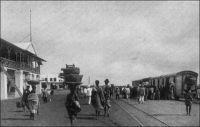 Lomé, la gare au début du XXème siècle. – « Du temps des Allemands, qu'est-ce qu'il y avait comme chemin de fer ? Lomé-Palimé, 119 kilomètres, répond-il. Lomé-Atakpamé, 197 ; Lomé-Aného, 44. Nous sommes arrivés ; nous avons trouvé des rails de 20 kilos, trop légers. Petit à petit, nous remplaçons cela par du standard de 26 kilos, et, pour ce qui est de la ligne Lomé-Atakpamé, en décembre [1933] on l'aura prolongée de 112 kilomètres… […] On voulait d'abord poursuivre la voie jusqu'à Sokodé. On l'arrête à Blitta ». Source : Martet, Jean, Les bâtisseurs de royaumes, Paris, Albin Michel, 1934.
