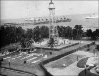 Lomé, le vieux phare. – Construit en 1933 à proximité du wharf français, lui-même bâti entre 1925 et 1928, il se trouve inclus à partir de 1958 dans les jardins du nouvel hôtel Le Bénin. En 1968, il est démonté et réinstallé au sommet du château d'eau de Bè où il fonctionne encore de nos jours.